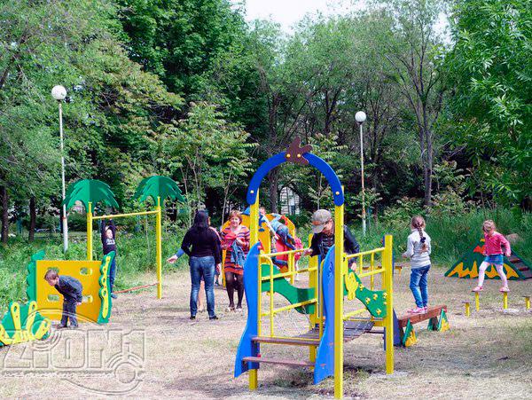 Первые посетители детской площадки в г.Первомайск