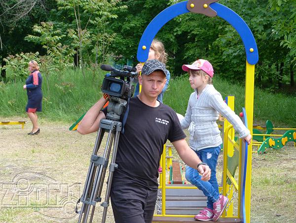 Оператор местного телевидения на детской площадке