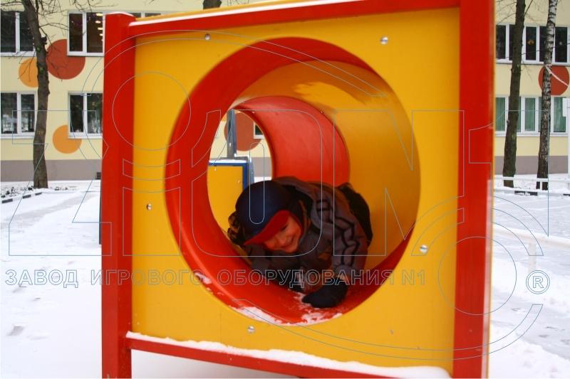 Внутри трубы-тоннеля детской полосы препятствий
