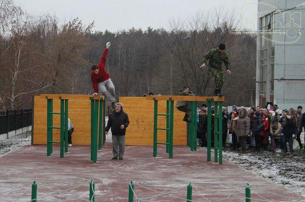 Учащиеся на препятствии Разрушенный мост фото